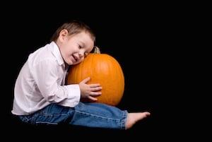 baby-hugging-pumpkin