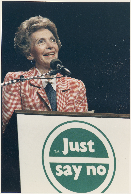 Photograph_of_Mrs._Reagan_speaking_at_a_-Just_Say_No-_Rally_in_Los_Angeles_-_NARA_-_198584
