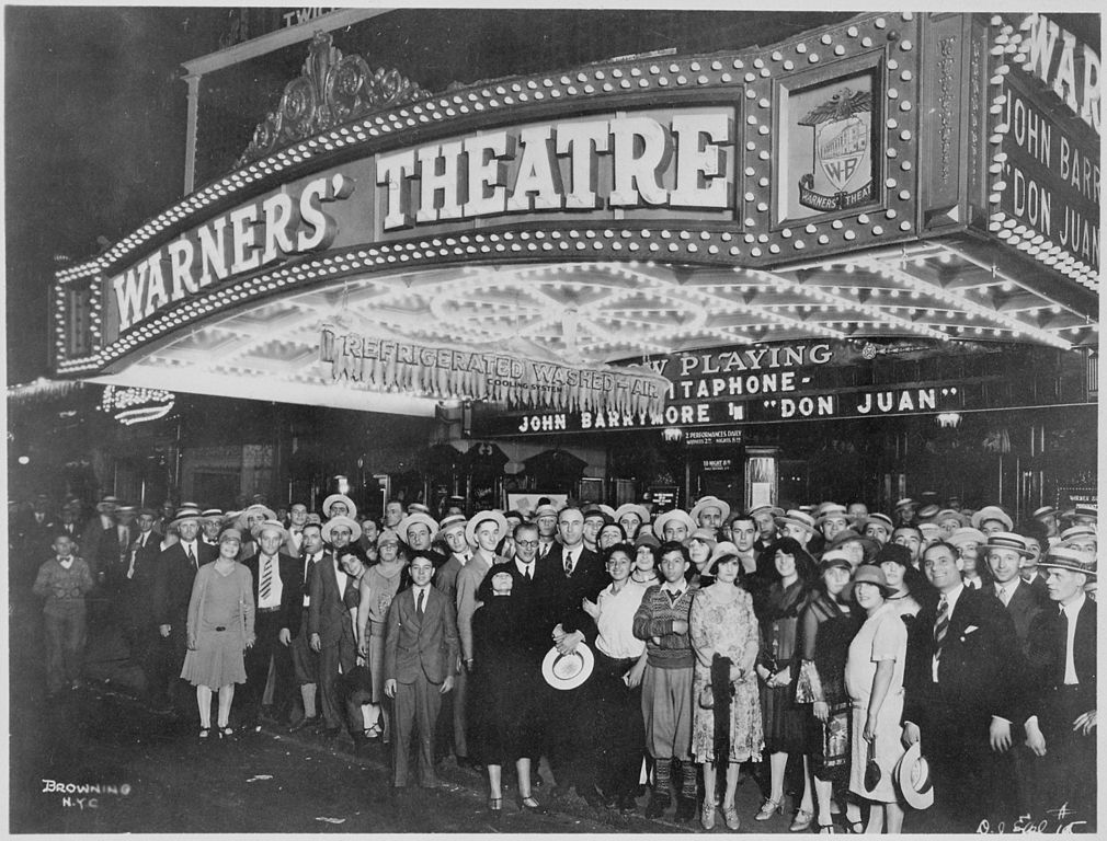 1010px-First-nighters_posing_for_the_camera_outside_the_Warners_Theater_before_the_premiere_of_-Don_Juan-_with_John_Barrymore_-_NARA_-_535750.jpg