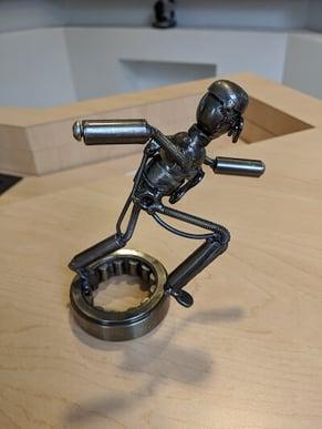 Figura de metal con sombra tomada en el teléfono sin flash.