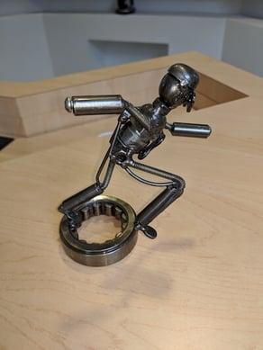 Figura de metal con sombra suave tomada en el teléfono con flash.