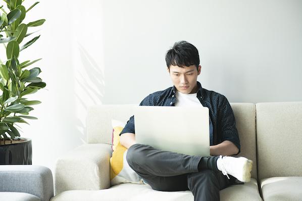 User building website with drag and drop WordPress plugin