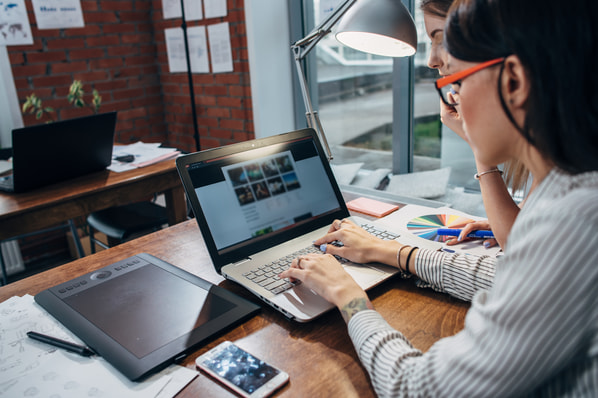 photographer selecting wordpress photography plugins