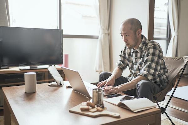 man using a laptop to browse wordpress lazy loading plugins