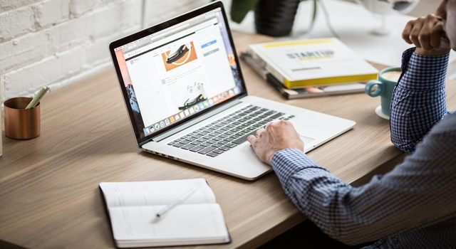 rsz_macbook-air-on-desk_4460x4460